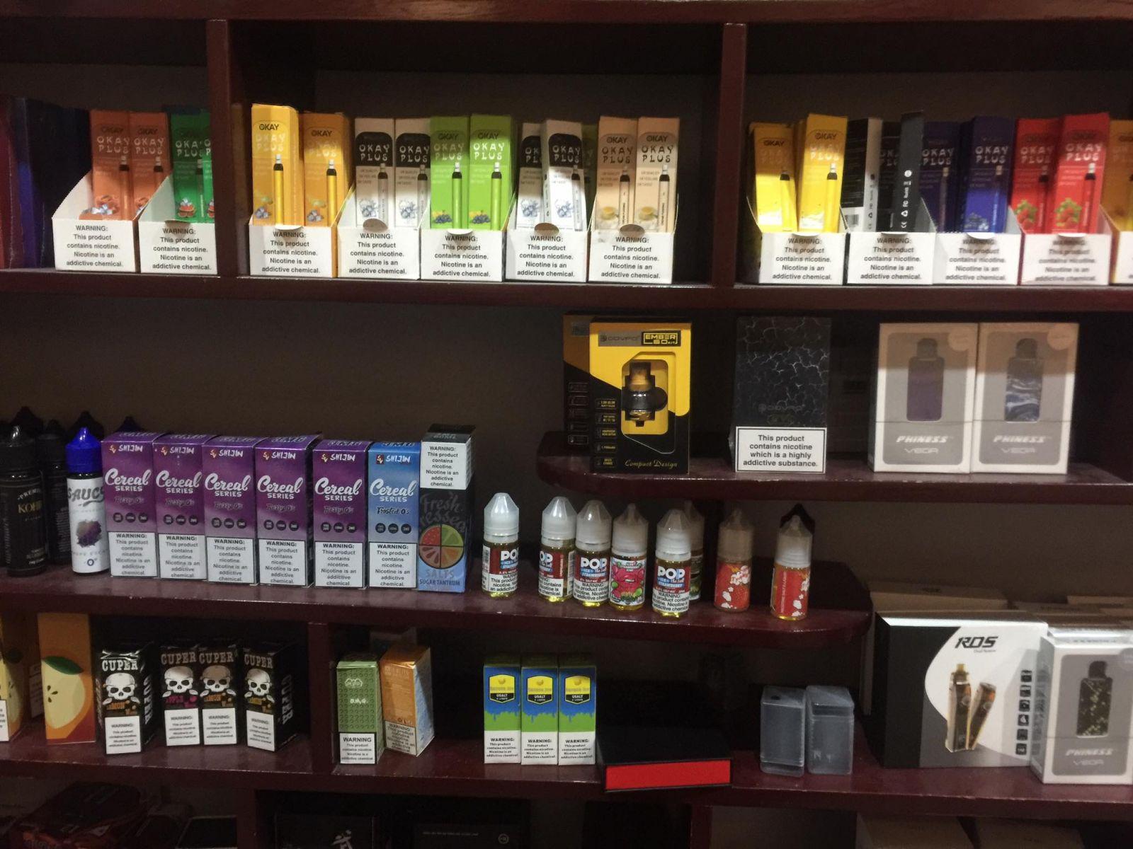 Các sản phẩm bày bán trên kệ của một shop Vape ở Đội Cấn.