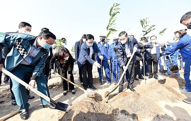 Tại lễ phát động, lãnh đạo các bộ, ngành và thành phố Hà Nội cùng các đại biểu tham gia trồng cây tại nút giao đường Vành đai 3 - quốc lộ 5B (nút giao đường cao tốc Hà Nội - Hải Phòng).