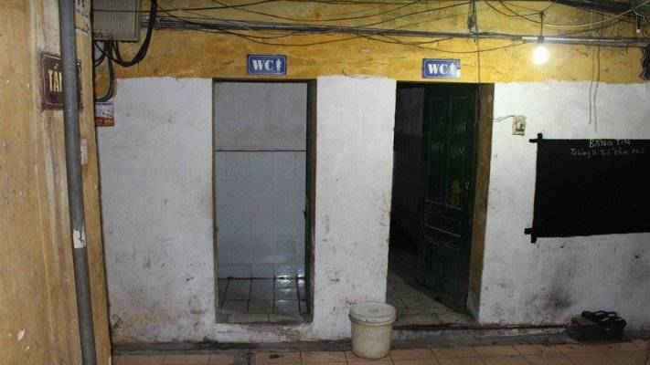Nhà vệ sinh chung bị coi là nỗi ám ảnh của người dân Thủ đô sinh sống tại các khu tập thể cũ