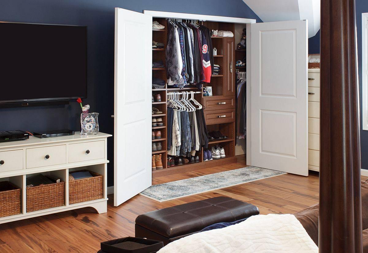 Đối với một chiếc tủ đồ cỡ nhỏ, điều quan trọng là phải có cách sắp xếp và thiết kế thông minh (Ảnh: Decoist)