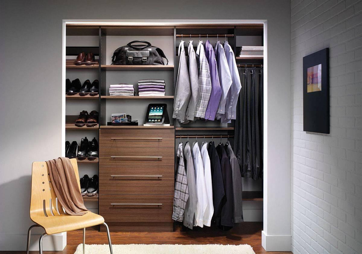Hãy đảm bảo rằng tủ quần áo chỉ chứa những thứ bạn cần và những món đồ thường xuyên được sử dụng nằm ở nơi dễ lấy (Ảnh: Decoist)