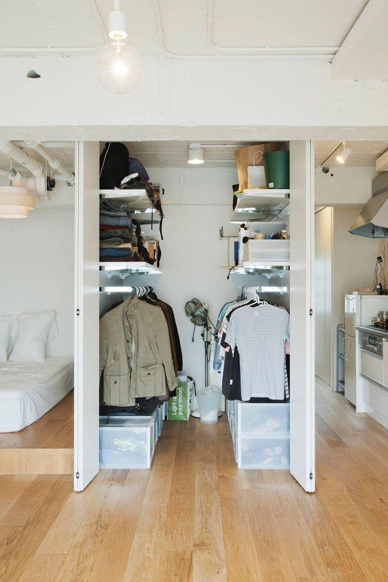 Một chiếc tủ quần áo cỡ nhỏ cần có đủ ánh sáng để giúp bạn dễ dàng chọn đồ (Ảnh: Decoist)