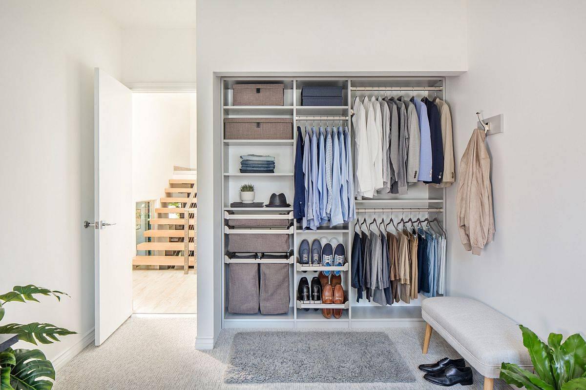 Sử dụng thêm móc treo tường, thanh treo và giỏ để tận dụng tối đa không gian trong tủ (Ảnh: Decoist)
