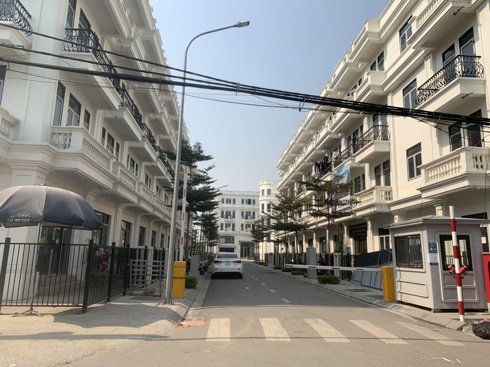 Dự án liền kề Phú Diễn (Phú Diễn Land)nằm trên mặt đường, phía gần cuối đườngPhú Diễn do Công ty Cổ phần phát triển đầu tư xây dựng Việt Nam (Vinadic)làm Chủ đầu tư