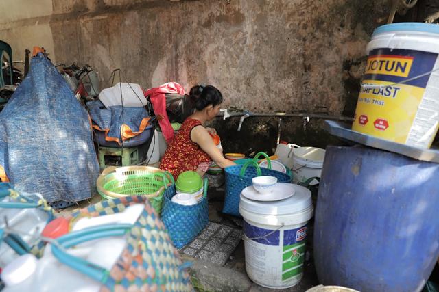 Người dân khu tập thể Vinafood 2 đã hơn 10 năm ăn Tết trong tình trạng nhà cửa hư hại, ọp ẹp, tường nứt, la phông rách … như thế này.