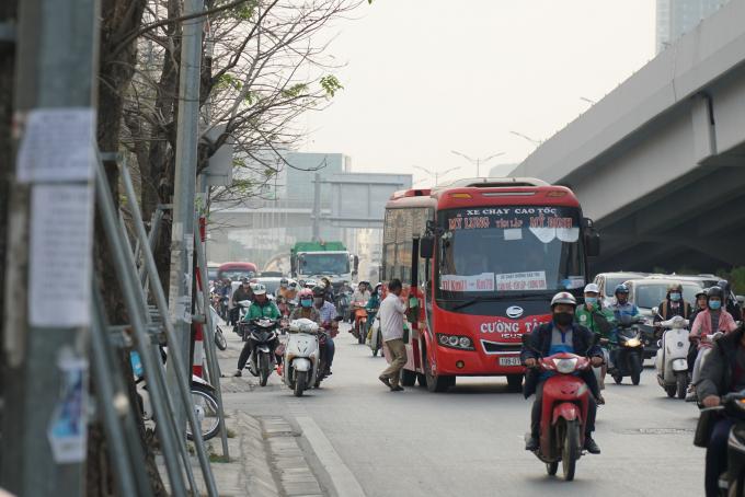 Tuy nhiên, tình trạng này vẫn tiếp tục được ghi nhận trong những ngày cuối năm. Đây cũng chính là một trong những nguyên nhân gây ùn tắc giao thông trên một số tuyến đường trọng điểm của thủ đô.