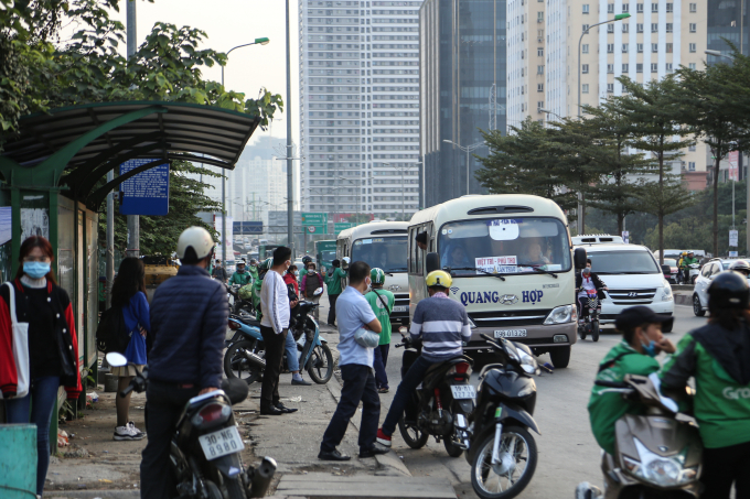 """Theo ghi nhận của PV chiều 29/12, không khó để bắt gặp hình ảnh hàng chục xe khách dừng đỗ hoặc di chuyển rất chậm nhằm mục đích bắt khách, tạo thành các """"bến cóc"""" ngay trên trục đường Phạm Hùng."""