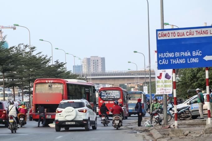 Một xe khách ngang nhiên dừng giữa đường một cách bất ngờ để đón khách làm các phương tiên lưu thông phía sau phanh gấp, gây mất an toàn giao thông.