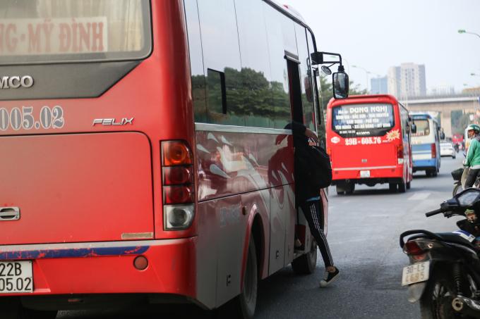 Hồi tháng 5, Thanh tra Sở Giao thông vận tải Hà Nội đã mở đợt cao điểm kiểm tra, xử lý các vi phạm trật tự ATGT trong lĩnh vực vận tải hành khách theo tuyến cố định tại Bến xe Mỹ Đình và tiếp tục mở rộng ra tuyến Giáp Bát.