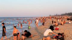 Hàng vạn người tụ tập ở biển Thuận An, bất chấp lệnh chống dịch Covid-19?